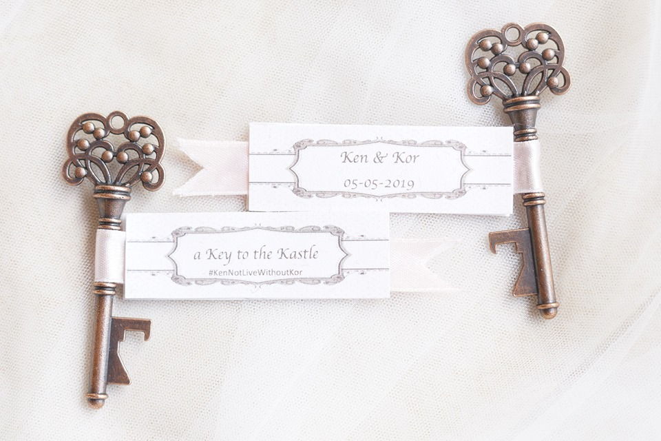 Kor and Ken had vintage keys as giveaways for their guests. They spent only Php1,000 for 100 keys.