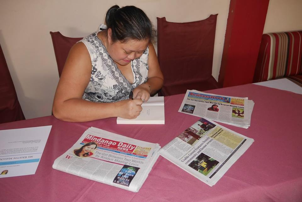 KK-Maslog-Levis-autographs-her-book-amidst-stories-about-it-published-in-some-local-newspapers in her hometown of Cagayan de Oro 14 Jan 2017 (photo by RMB,NPN)